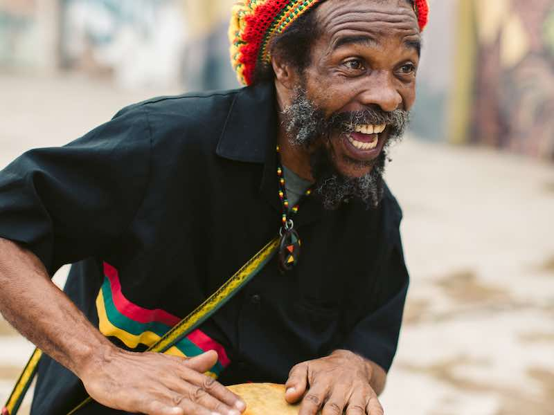 Jamaika auf eigene Faust Rasta beim Trommeln